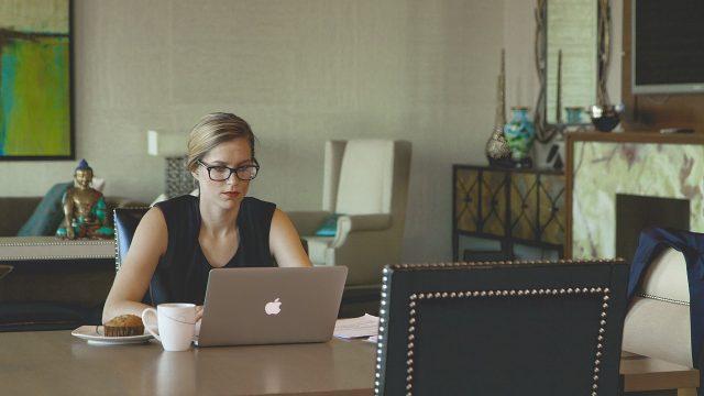 メールを書く外国人女性